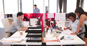 工作在书桌的人们在现代开放学制办事处 股票录像