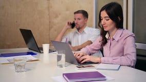 工作在书桌的企业同事在办公室 股票视频