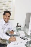 工作在书桌的商人 免版税库存图片