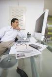 工作在书桌的商人 免版税库存照片