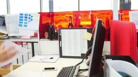 工作在书桌的女实业家在现代开放学制办事处 影视素材