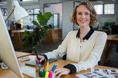 工作在书桌的女性图表设计师 免版税库存图片
