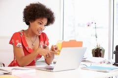 工作在书桌的妇女在设计演播室 免版税库存图片