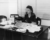 工作在书桌的妇女盖在文件(所有人被描述不更长生存,并且庄园不存在 供应商保单tha 免版税库存图片