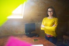工作在书桌的少妇在创造性的办公室 免版税库存图片