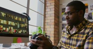 工作在书桌的男性图表设计师在一个现代办公室4k 股票录像