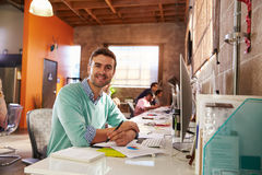 工作在书桌的设计师队在现代办公室 免版税图库摄影