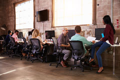 工作在书桌的设计师队在现代办公室 库存图片