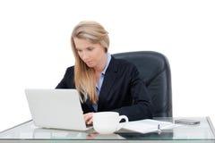 工作在书桌的年轻专业女商人 免版税库存图片