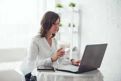 工作在书桌的年轻女商人键入在a 免版税图库摄影
