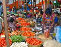 工作在五颜六色的危地马拉市场上的妇女 库存照片