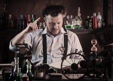 工作在他的实验室的疯狂的中世纪科学家 图库摄影