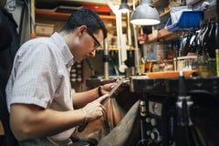 工作在他的桌上的工匠 图库摄影