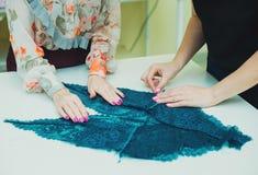 工作在他的演播室的女孩裁缝 学会缝合 免版税库存照片