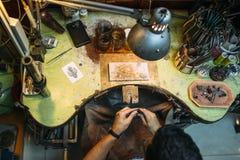 工作在他的长凳的冶金匠 图库摄影