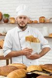 工作在他的面包店的年轻人 免版税图库摄影