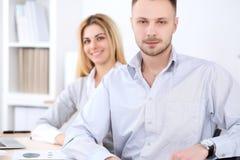 工作在会议上的两个成功的商务伙伴在办公室 背景美丽的重点人三晚礼服妇女 免版税库存照片