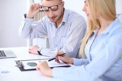 工作在会议上的两个成功的商务伙伴在办公室 免版税图库摄影