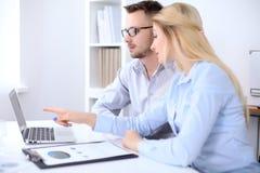工作在会议上的两个成功的商务伙伴在办公室 库存照片