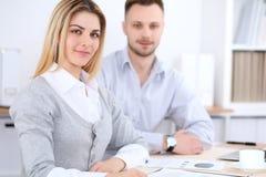 工作在会议上的两个成功的商务伙伴在办公室 库存图片
