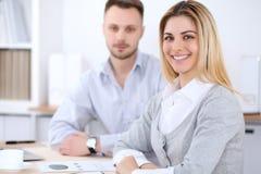 工作在会议上的两个成功的商务伙伴在办公室 免版税库存照片