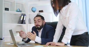 工作在会议上的两个成功的商务伙伴的图象在办公室 库存图片