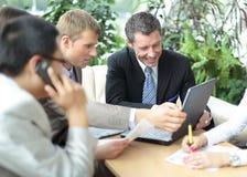 工作在会议上的小组四个商人 免版税库存图片