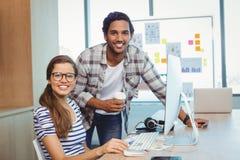 工作在会议室的男性和女性图表设计师 免版税库存照片