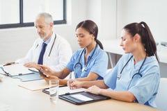 工作在会议室的医疗队 免版税库存照片