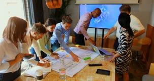 工作在会议室4k的商人 股票视频