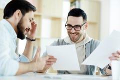 工作在会议的两个微笑的成人人 免版税库存照片
