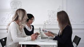工作在会议,一上的女商人busines妇女显示在图 免版税库存照片