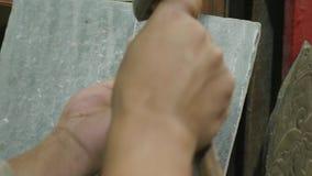工作在传统玛尼板岩石头的尼泊尔工匠在加德满都,尼泊尔 股票录像