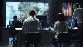 工作在使命管制中心的人们 美国航空航天局装备的这个图象的元素 股票录像