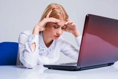 工作在便携式计算机的年轻女实业家 库存图片