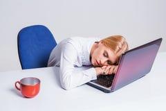 工作在便携式计算机的年轻女实业家 免版税库存图片