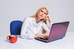 工作在便携式计算机的年轻女实业家 免版税库存照片