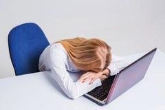 工作在便携式计算机的年轻女实业家 库存照片