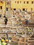 工作在修复的民工在Chouwara皮革皮革厂在菲斯El巴厘岛麦地那 库存照片