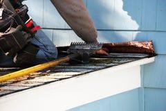 工作在修理损坏的屋顶的人 免版税库存照片