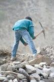 工作在修路的印地安人民 库存照片