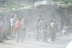 工作在修路的印地安人民 免版税库存照片