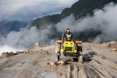工作在修路的印地安人 图库摄影