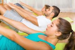 工作在健身房的活跃人民 免版税库存图片