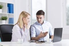 工作在公司中的年轻买卖人 免版税库存图片