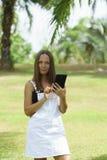 工作在公园的女商人在晴天在泰国 免版税库存照片