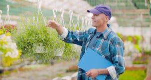 工作在农厂农业的农夫 股票录像