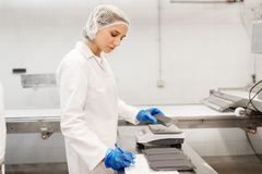 工作在冰淇凌工厂的妇女 免版税图库摄影