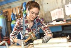 工作在冶金产业的妇女学徒 库存图片