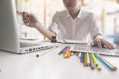 工作在创造性的书桌上的艺术家创造性的图表设计师 库存图片